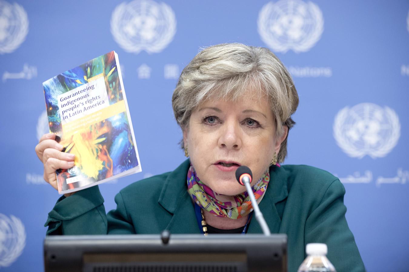 foto de Alicia Bárcena, Secretaria Ejecutiva de la CEPAL, en la presentación del informe sobre los pueblos indígenas.