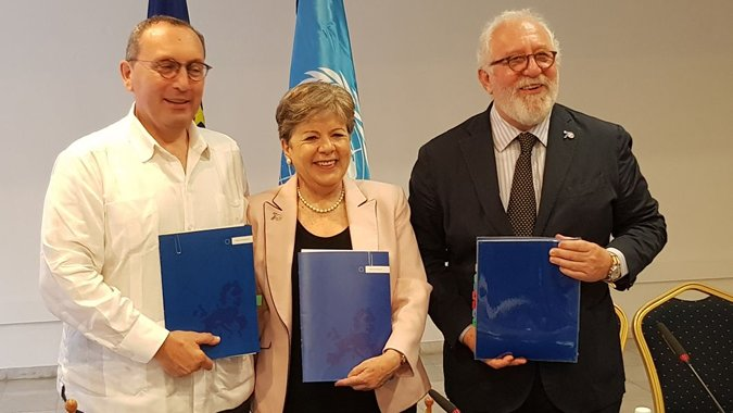 ECLAC Executive Secretary Alicia Bárcena (center), with Stefano Manservisi, the European Commission's Director-General for International Cooperation and Development (left), and Mario Pezzini, Director of the OECD's Development Center