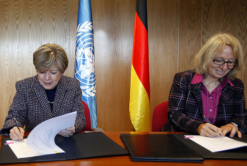 Executive Secretary of ECLAC, Alicia Bárcena, and Director of the South America Department of GIZ, Sabine Müller, sign the agreement.