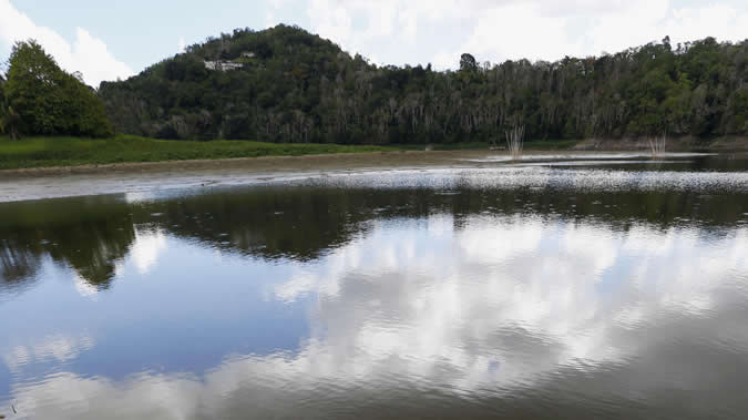 Vista del lago Carraizo, en Puerto Rico, tras haber bajado considerablemente su nivel del agua a mediados de septiembre de 2015.