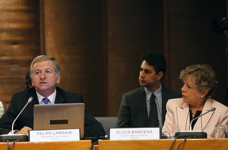 El Ministro de Hacienda de Chile, Felipe Larraín, junto a la Secretaria Ejecutiva de la CEPAL, Alicia Bárcena, durante la inauguración del XXV Seminario regional de política fiscal.