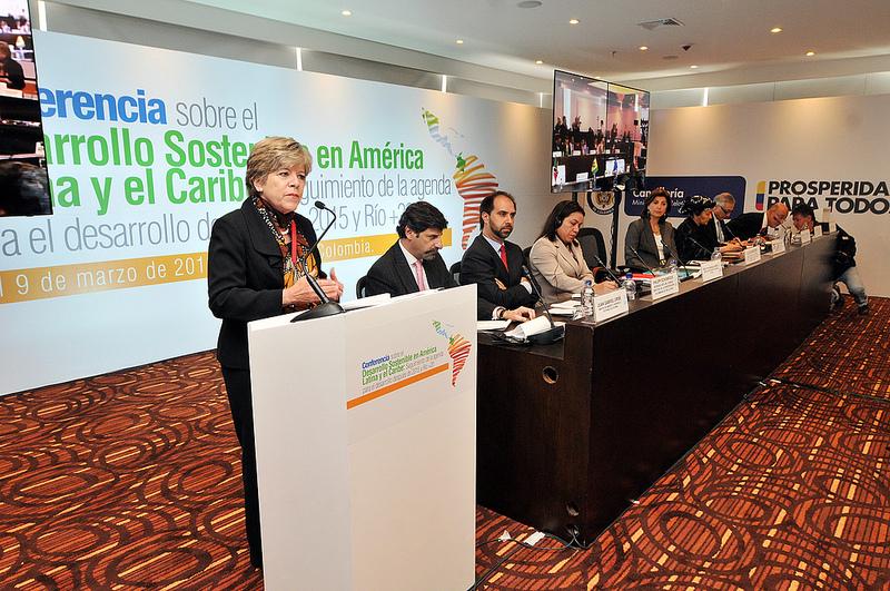 Alicia Bárcena, Secretaria Ejecutiva de la CEPAL, se dirige a los asistentes en la inauguración de la Conferencia sobre el Desarrollo Sostenible en América Latina y el Caribe: seguimiento de la agenda para el desarrollo post-2015 y Río+20