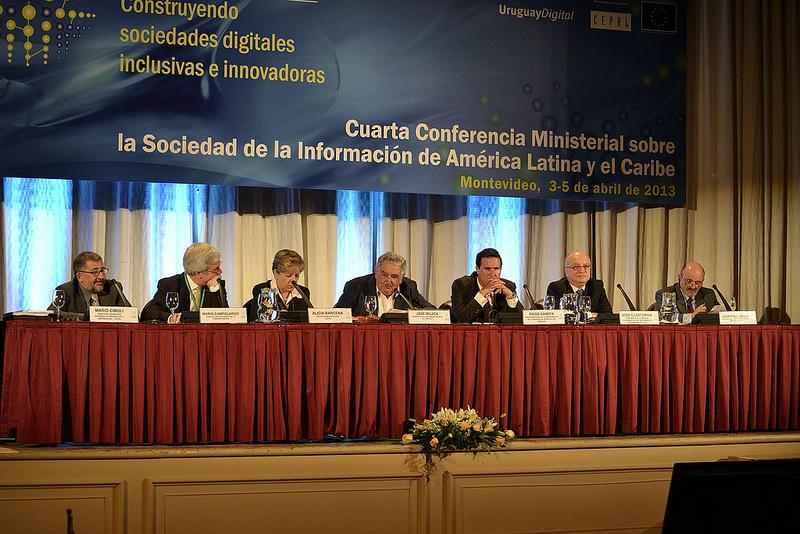 De izquierda a derecha: Mario Campolargo, Director de la DG CONNECT.E de la Comisión Europea, Alicia Bárcena, Secretaria Ejecutiva de la CEPAL, Luis Almagro, Ministro de Relaciones Exteriores de Uruguay, y José Clastornik, Presidente de la mesa de coordinación del eLAC2015.
