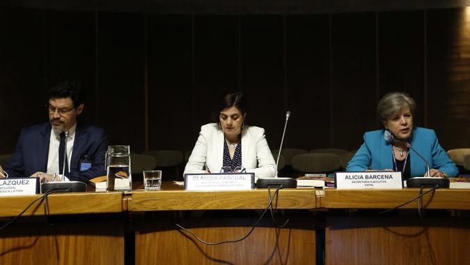De izquierda a derecha: Elkin Velásquez, Director Regional de ONU-Habitat para América Latina y el Caribe; Claudia Pascual, Ministra de la Mujer y la Equidad de Género de Chile; y Alicia Bárcena, Secretaria Ejecutiva de la CEPAL.