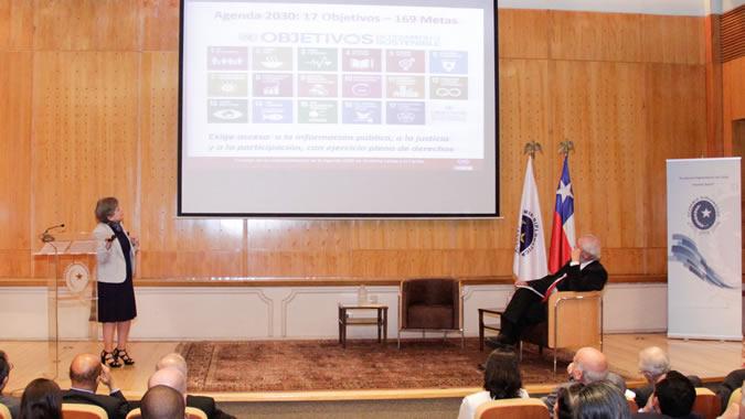 La Secretaria Ejecutiva de la CEPAL, Alicia Bárcena, durante la conferencia magistral ofrecida en la Academia Diplomática Andrés Bello.