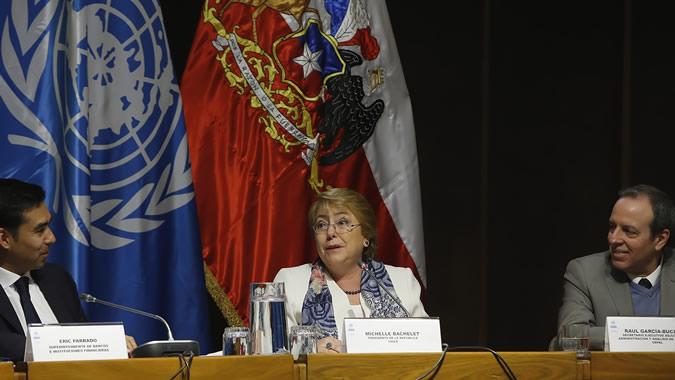 La Presidenta de Chile, Michelle Bachelet (al centro), encabezó la presentación del informe Género en el Sistema Financiero, en la CEPAL.