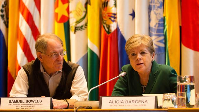 El economista Samuel Bowles junto a la Secretaria Ejecutiva de la CEPAL, Alicia Bárcena