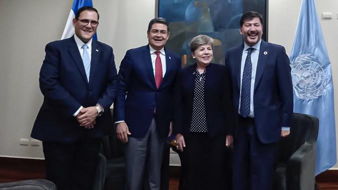 De izquierda a derecha: Lisando Rosales, Canciller de Honduras; Juan Orlando Hernández, Presidente de Honduras; Alicia Bárcena, Secretaria Ejecutiva de la CEPAL; e Igor Garafulic, Representante de las Naciones Unidas en Honduras.