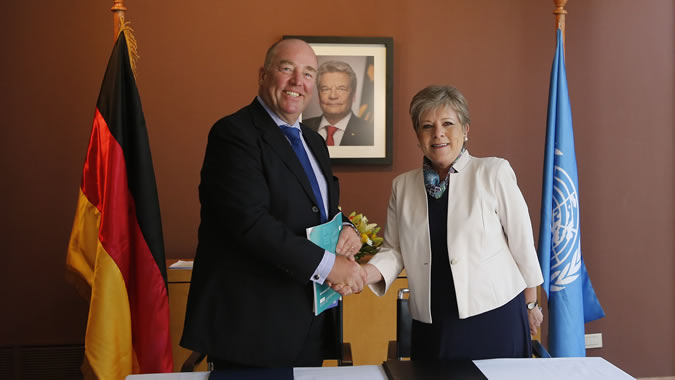 The Ambassador of the Federal Republic of Germany in Chile, Rolf Schulze, and the Executive Secretary of the ECLAC, Alicia Bárcena, during a meeting at the headquarters of the German mission in Santiago, Chile.