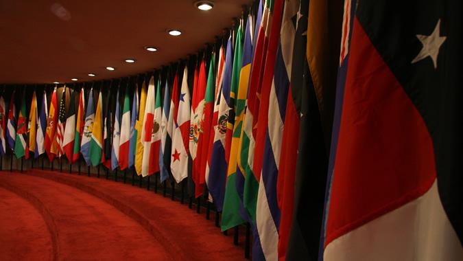 Foto de las banderas de los países miembros de la CEPAL