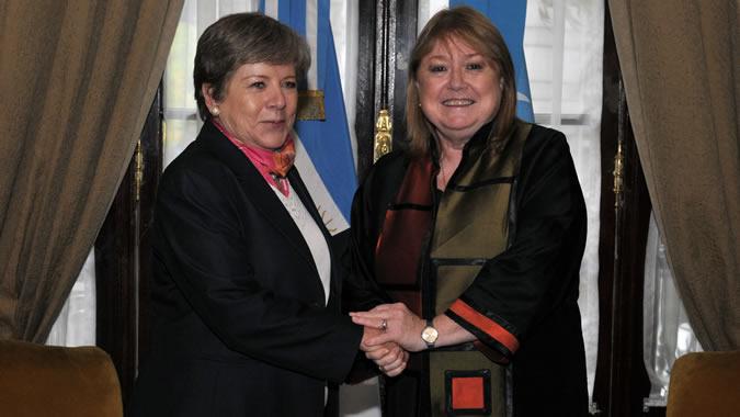 La Secretaria Ejecutiva de la CEPAL, Alicia Bárcena (a la izquierda), se saluda con Susana Malcorra, Canciller de Argentina, al término del encuentro.