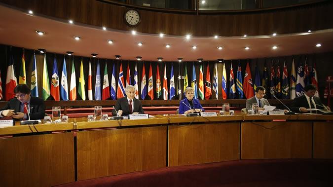 De izquierda a derecha: Marcos Barraza, Ministro de Desarrollo Social de Chile; Heraldo Muñoz, Ministro de Relaciones Exteriores de Chile; Alicia Bárcena, Secretaria Ejecutiva de la CEPAL; Luis Felipe Céspedes, Ministro de Economía, Fomento y Turismo de Chile; y Pablo Badenier, Ministro de Medio Ambiente del país.