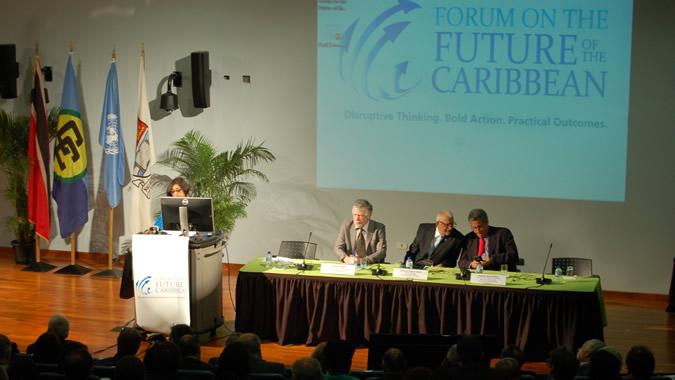 El Secretario Ejecutivo Adjunto de la CEPAL (sentado, a la izquierda), participó en la apertura del foro.