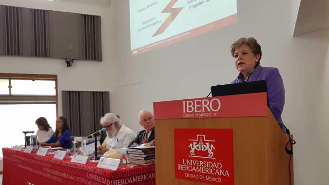 """Alicia Bárcena durante su participación en el coloquio """"Universidad y Sustentabilidad en México""""."""