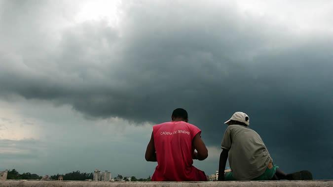Imagen de dos personas de espalda