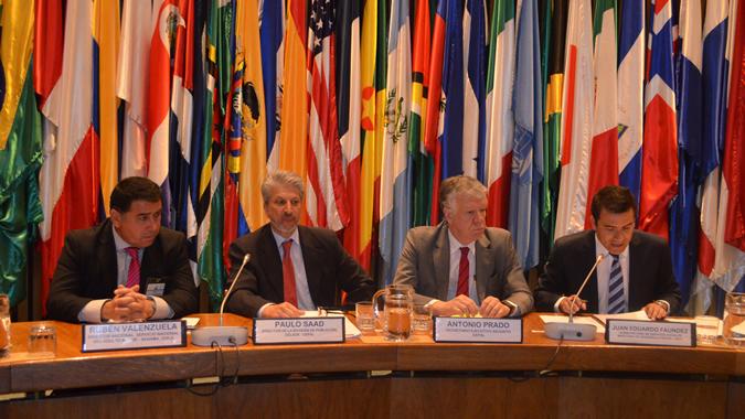 De izquierda a derecha, el Director del SENAMA de Chile, Rubén Valenzuela; el Director del CELADE-División de Población de la CEPAL, Paulo Saad; el Secretario Ejecutivo Adjunto de la CEPAL, Antonio Prado, y el Subsecretario de Servicios Sociales de Chile, Juan Eduardo Faúndez.