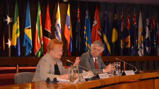 La ex Presidenta de Finlandia, Tarja Halonen, junto al Secretario Ejecutivo Adjunto de la CEPAL, Antonio Prado.