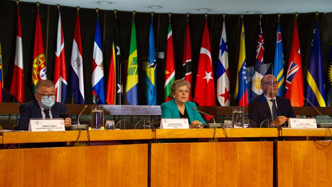 De izquierda a derecha: Mario Cimoli, Secretario Ejecutivo Adjunto de la CEPAL, Alicia Bárcena, Secretaria Ejecutiva de la CEPAL, y Luis F. Yáñez, Secretario de la Comisión de la CEPAL.