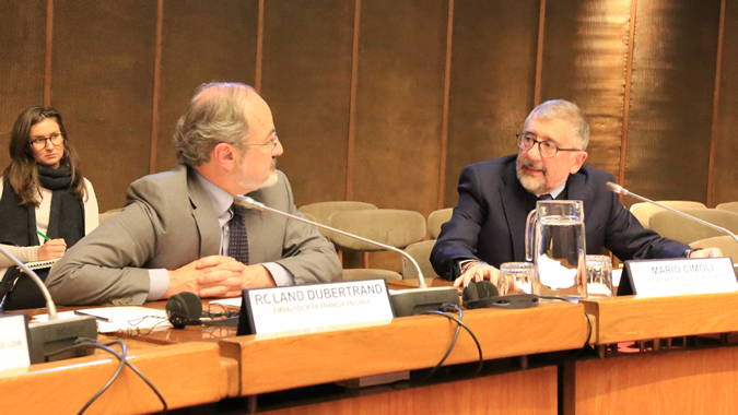 From left to right, Roland Dubertrand, Ambassador of France in Chile and Mario Cimoli, ECLAC's Deputy Executive Secretary.