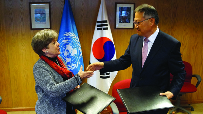Alicia Bárcena, ECLAC's Executive Secretary and the Korean Republic's Ambassador to Chile, In-gyun Chung.