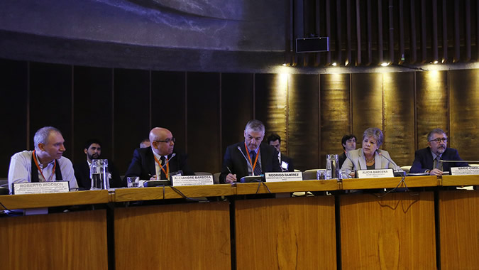 From left to right: Roberto Rigobon, from MIT; Alexandre Barbosa, Head of CETIC.br; Rodrigo Ramírez,Telecommunications Undersecretary; Alicia Bárcena, Executive Secretary of ECLAC; and Mario Cimoli, Director of ECLAC's Division of Production, Productivity and Management.
