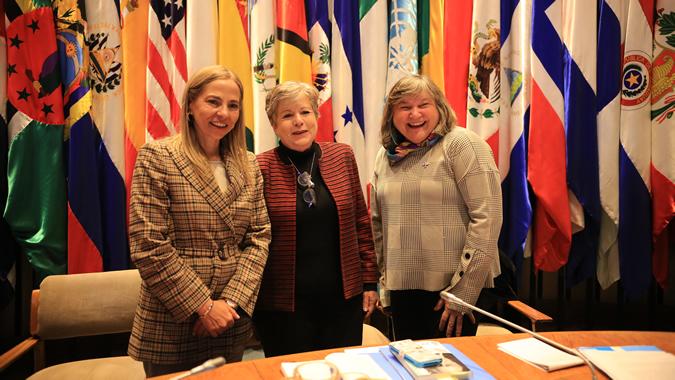 De izquierda a derecha: Isabel Plá, Ministra de la Mujer y la Equidad de Género de Chile; Alicia Bárcena, Secretaria Ejecutiva de la CEPAL; y María Noel Vaeza, Directora Regional para las Américas y el Caribe de ONU Mujeres.