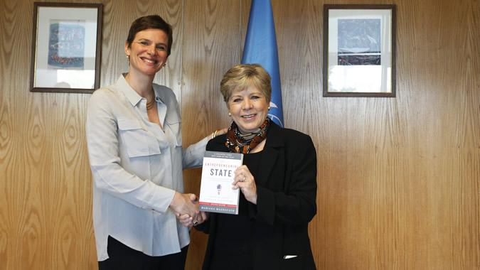 Mariana Mazzucato (a la izquierda) junto a Alicia Bárcena, quien sostiene el libro El Estado emprendedor.