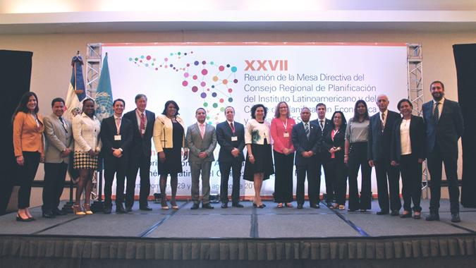 Foto oficial con los participantes en la reunión.