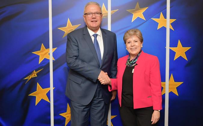 Neven Mimica, Comisario de Cooperación Internacional y Desarrollo de la Unión Europea, y Alicia Bárcena, Secretaria Ejecutiva de la CEPAL, durante su encuentro en Bruselas.