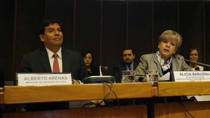 Alberto Arenas, Ministro de Hacienda de Chile, y Alicia Bárcena, Secretaria Ejecutiva de la CEPAL.