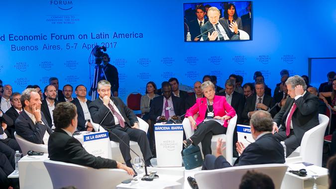 Alicia Bárcena, Secretaria Ejecutiva de la CEPAL (al centro), en el panel que abordó las perspectivas económicas para América Latina y el Caribe.