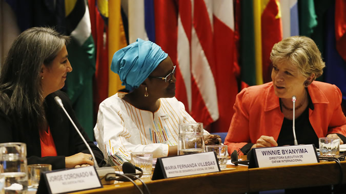ECLAC's Executive Secretary, Alicia Bárcena (right), with María Fernanda Villegas, Chile's Minister of Social Development (left) and Winnie Byanyima, Oxfam International's Executive Director.