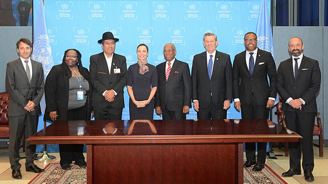 Foto grupal de los representantes de los países que firmaron y/o ratificaron el Acuerdo de Escazú el jueves 26 de septiembre de 2019 en la sede de la ONU en Nueva York.
