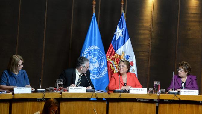 Foto de María Nieves Rico, Directora de la División de Asuntos de Género de la CEPAL; Antonio Prado, Secretario Ejecutivo Adjunto de la CEPAL; Michelle Bachelet, Presidenta de Chile, y Alejandrina Germán, Ministra de la Mujer de República Dominicana.