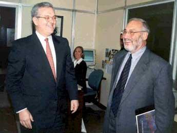 Foto de José Antonio Ocampo (izquierda) Secretario Ejecutivo de la CEPAL y Joseph Stiglitz, premio Nobel de Economía 2001