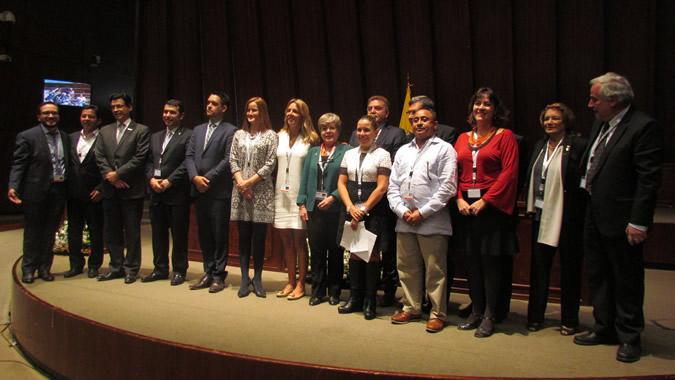 Imagen de los Ministros del MINURVI junto a Alicia Bárcena y Elkin Velásquez.