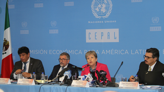 Alicia Bárcena, ECLAC Executive Secretary (center) during the presentation of the report in Mexico City