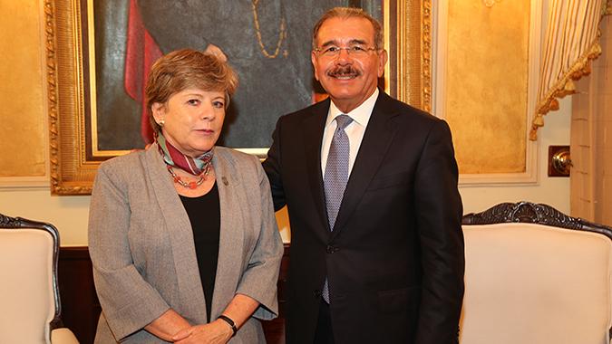 Alicia Bárcena junto al Presidente de República Dominicana