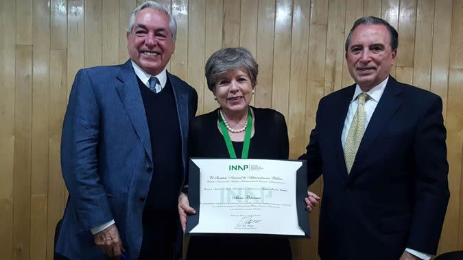 Alicia Bárcena, Secretaria Ejecutiva de la CEPAL, recibiendo la distinción del INAP.