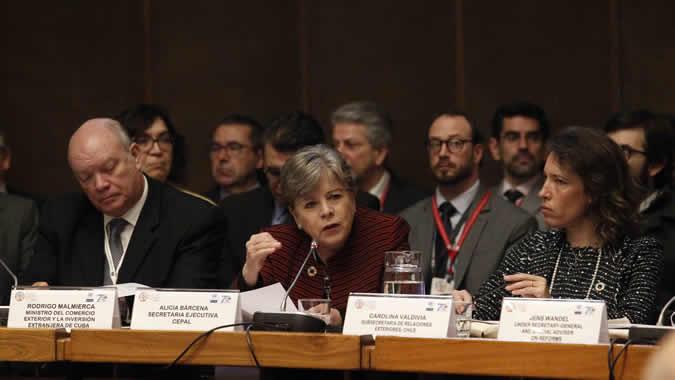 De izquierda a derecha, Rodrigo Malmierca, Ministro del Comercio Exterior y la Inversión Extranjera de Cuba; Alicia Bárcena, Secretaria Ejecutiva de la CEPAL, y Carolina Valdivia, Ministra Subrogante de Relaciones Exteriores de Chile.