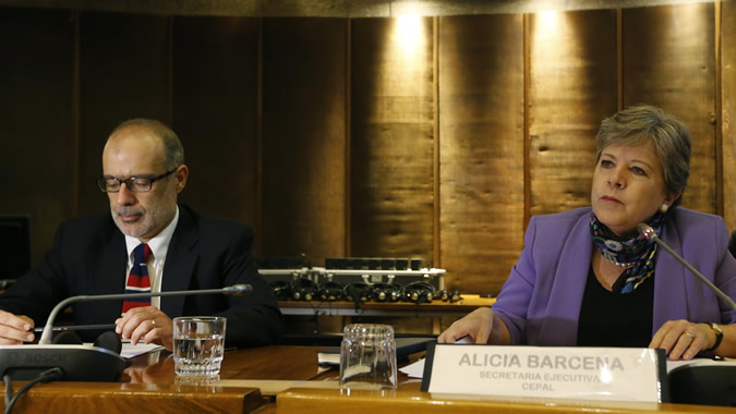 foto del Ministro de Hacienda de Chile, Rodrigo Valdés (izq), y la Secretaria Ejecutiva de la CEPAL, Alicia Bárcena, en la inauguración del seminario.