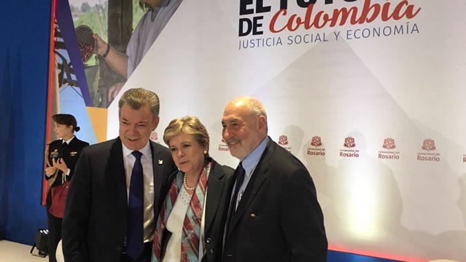De izquierda a derecha, el Presidente de Colombia, Juan Manuel Santos, la Secretaria Ejecutiva de la CEPAL, Alicia Bárcena, y el economista Joseph Stiglitz.
