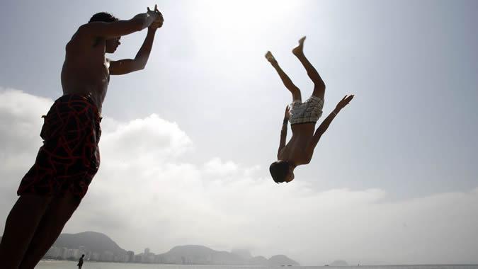 Foto de jóvenes en la playa