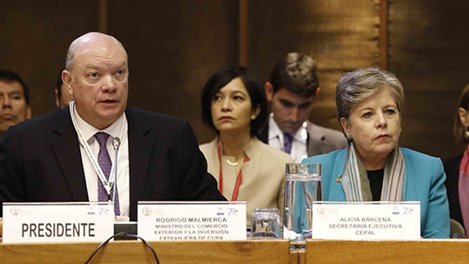 Rodrigo Malmierca, Minister of Foreign Trade and Foreign Investment of Cuba, in his capacity as chair of ECLAC's Committee of the Whole and Alicia Bárcena, ECLAC's Executive Secretary.