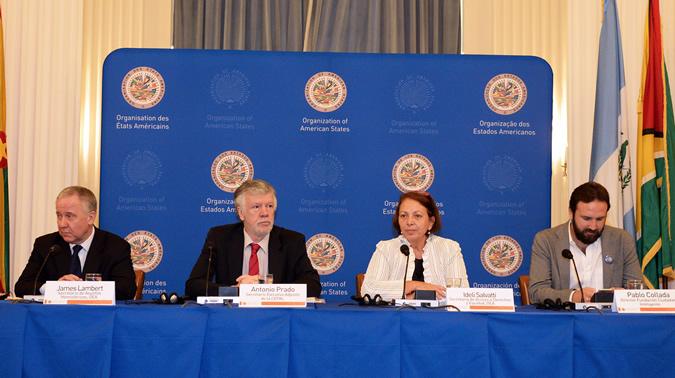 Participantes en mesa redonda de la OEA.