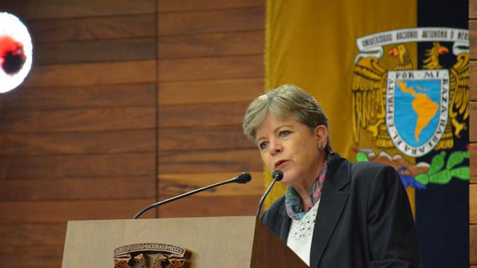 La Secretaria Ejecutiva de la CEPAL, Alicia Bárcena, durante su conferencia magistral.
