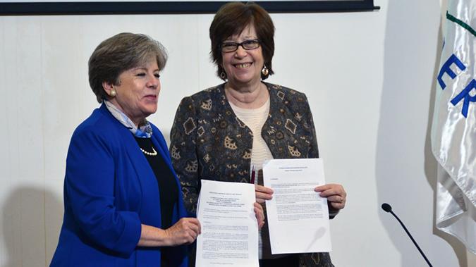 Alicia Bárcena, Secretaria Ejecutiva de la CEPAL (a la izquierda), y Marina Arismendi, Ministra de Desarrollo Social (MIDES) de Uruguay, durante la firma del acuerdo sede.