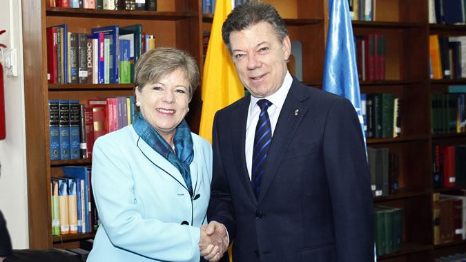 La Secretaria Ejecutiva de la CEPAL, Alicia Bárcena, junto al Presidente de Colombia, Juan Manuel Santos, en una imagen de archivo.
