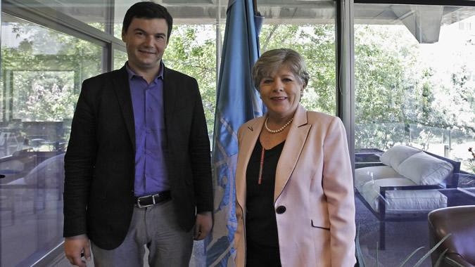 Foto de Thomas Piketty con la Secretaria Ejecutiva de la CEPAL, Alicia Bárcena