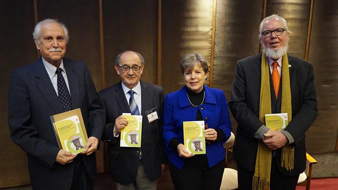 De derecha a izquierda, Juan Somavía, Director de la Academia Diplomática de Chile; Alicia Bárcena, Secretaria Ejecutiva de la CEPAL; Julio Sau, Gerente General del Fondo de Cultura Económica de Chile, y Luis Maira, Secretario Ejecutivo del RIAL.